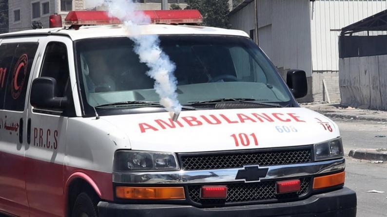 صور .. قوات الاحتلال تستهدف سيارات الإسعاف بقنابل الغاز في بيتا