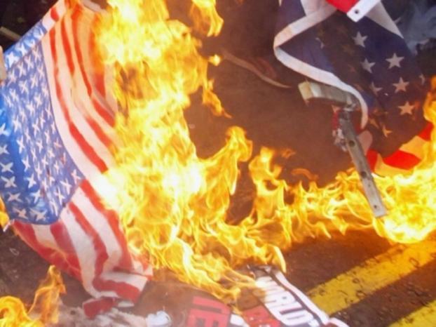 حرق العلم الأمريكي قرب البيت الأبيض بعد خطاب ترامب