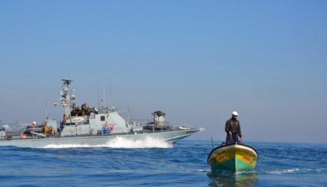 الاحتلال يعتقل صياديْن بعد استهداف قاربهما بالرصاص غرب بيت لاهيا
