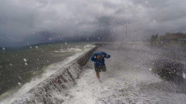 """الصين تجلي مليوني شخص مع وصول """"مانكوت"""" أعنف إعصار في العالم"""