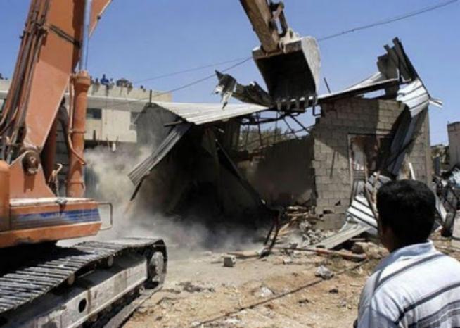 الاحتلال يهدم بركسا لتصليح المركبات ومغسلة في بيت جالا