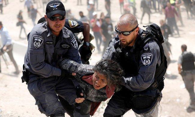 """سحل وضرب وتهجير سكان """"الخان الأحمر"""" على يد الاحتلال"""