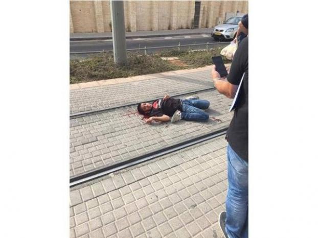 """بالفيديو...""""داعشية"""" المستوطنين والاحتلال تتلذذ بشتم الطفل مناصرة وتركه ينزف"""