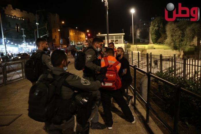 قوات الاحتلال تعتدي على المقدسيين في باب العامود