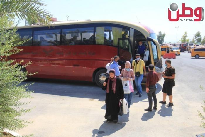 معبر الكرامة يشهد ازدحامات كبيرة وحركة نشطة للمسافرين