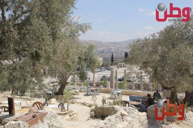 """سبسطية في رصيف وطن:6 طاولات و15 كرسياً في """"القلعة"""""""