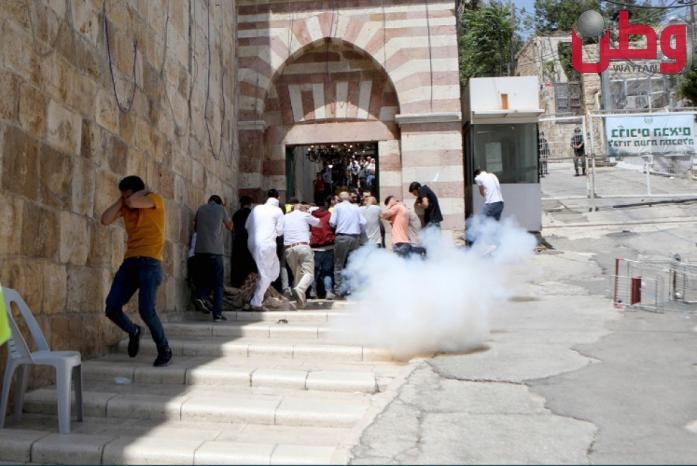 الاحتلال يغلق الحرم الإبراهيمي بالقوة ويعتدي على الزوار والمصلين