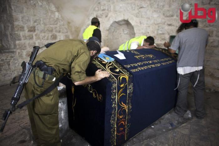 المستوطنون يقتحمون منطقة قبر يوسف في نابلس وسط حماية جنود الاحتلال