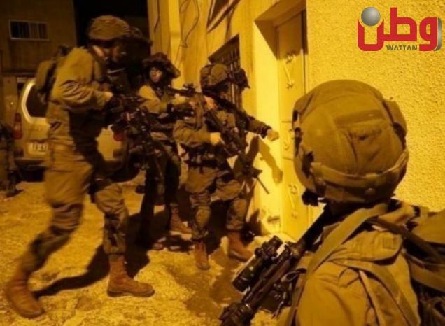 الاحتلال يعتقل شابا عقب الاعتداء عليه في الخليل