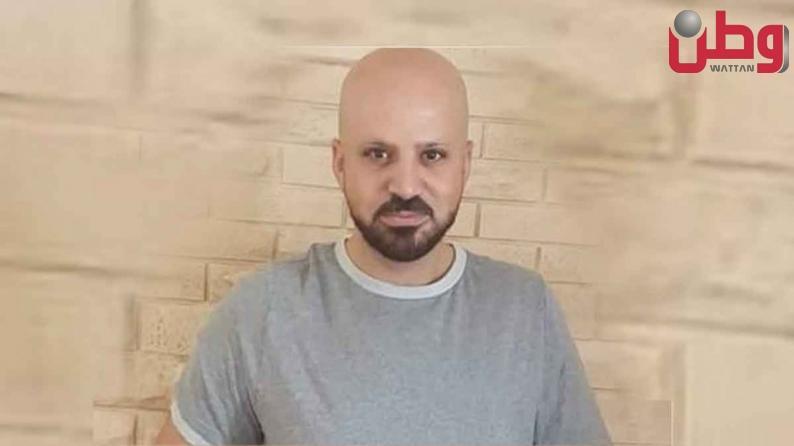 """الأسير شادي أبو عكر المضرب منذ 30 يومًا محتجز في ظروف قاسية في زنازين سجن """"عوفر"""""""