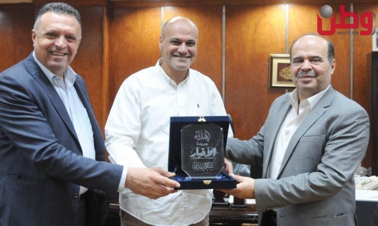 أمين عام اتحاد الصحفيين العرب يستقبل وفد فلسطين الاعلامي و يقدم درع الجريدة للمحمود