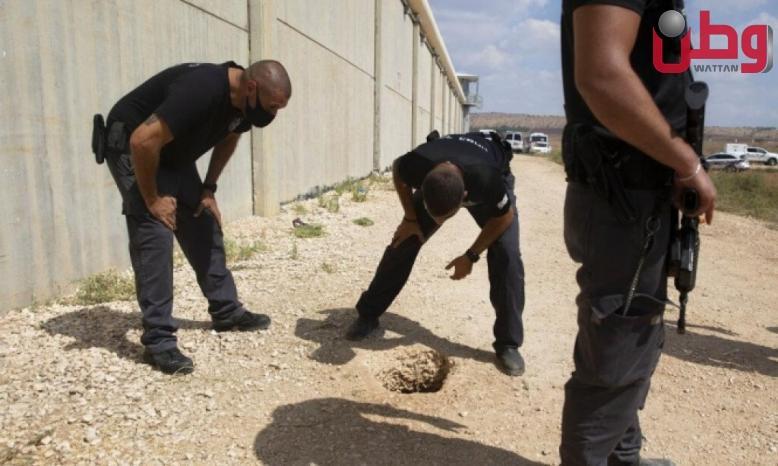 تقرير إسرائيلي: سجان شاهد التلفاز ولم ينتبه لكاميرات رصدت خروج الأسرى من فتحة النفق