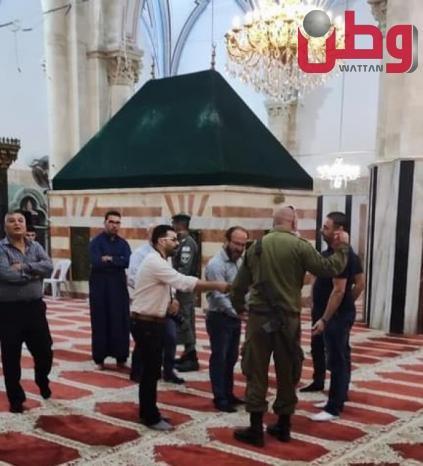الاحتلال يقتحم الحرم الإبراهيمي ويخرج المصلين بالقوة