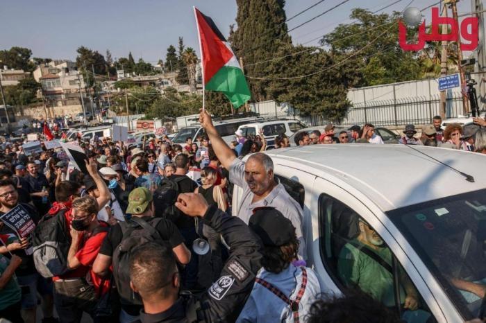 الاحتلال يعتدي على ناشطين بمسيرة الشيخ جراح الأسبوعية