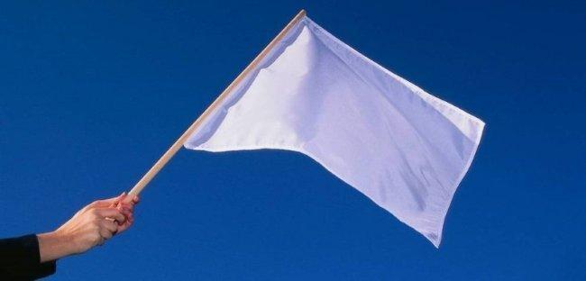 داعش يستسلم ويرفع الأعلام البيضاء في مخيم اليرموك والحجر الأسود -